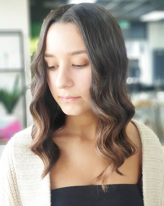 Who loves these waves 😍😍 . . Waves created with the #cloudnine straightener 💁‍♀️ . . #misk #miskhair #hair #cloudnine #hairstyles #styles #melbs #melbourne #melbournehair #bundoorahairdresser #bundoora #millparkhairdresser #healthyhair