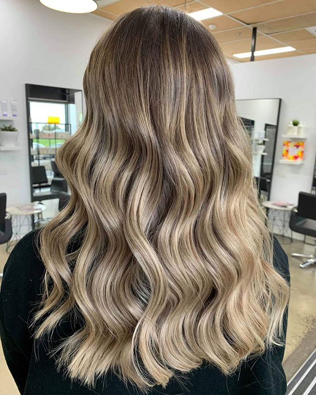 Everything about this colour 🤤 . . The blend . . The tone . . That shineeee!!! . . ARE YOU READ FOR A MAKEOVER?? . . TAG A FRIEND BELOW WHO YOU THINK IS READY FOR A CHANGE 😍👇👇👇 . . .#balayage #misk #miskhair #balayagemelbourne #hairdressermelbourne #epping #millpark #bundoora #bundoorasalon #bundoorahair #hairdresserbundoora #blondesinbundoora #blondehairdresserbundoora #blondespecialists
