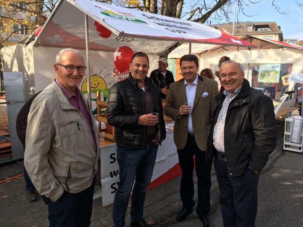 Gemeinderat Franz Merlé, Nationalrat Marcel Dettling und Ständerat Alex Kuprecht am SVP-Stand.
