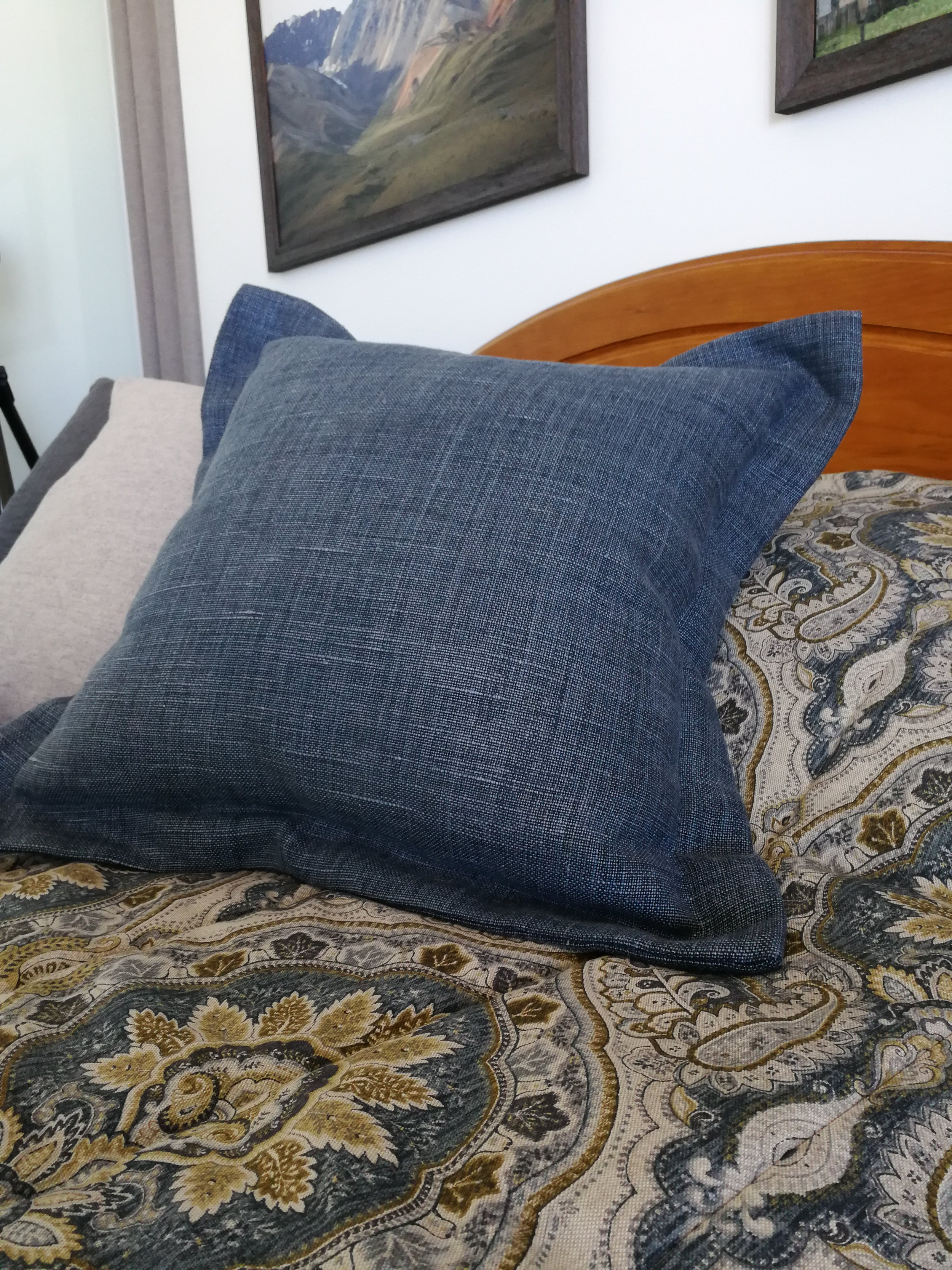 Tailored linen cushions give a clean smart finish