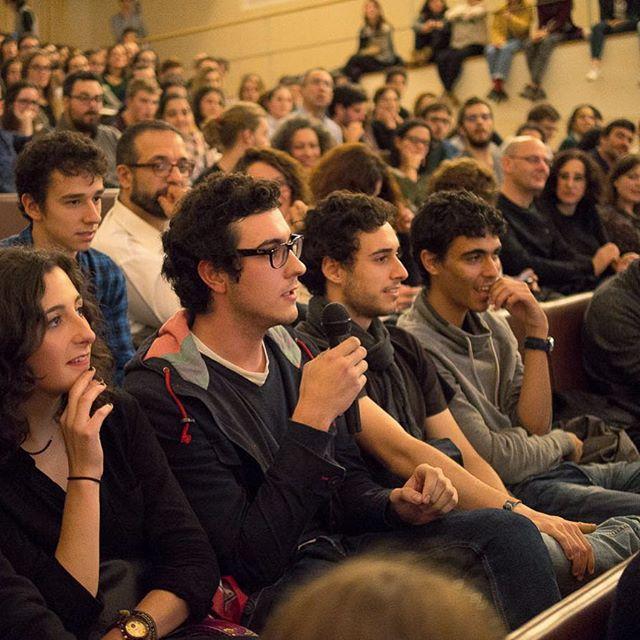 En #Regueifas o público tamén participa! Podemos votar ao inicio, ao final e tamén facer preguntas aos relatores/as. Non se pode pedir máis! — En #Regueifas el público también participa! Podemos votar al inicio, al final y hacer preguntas a los ponentes. ¡No se puede pedir más!  @universidade_usc  #debate #ciencia #divulgacion #science #Galicia #Santiago #Compostela
