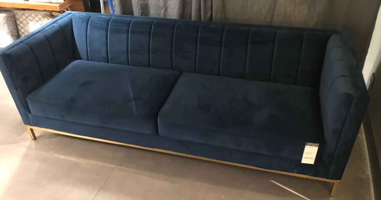Sofá de velvet azul.