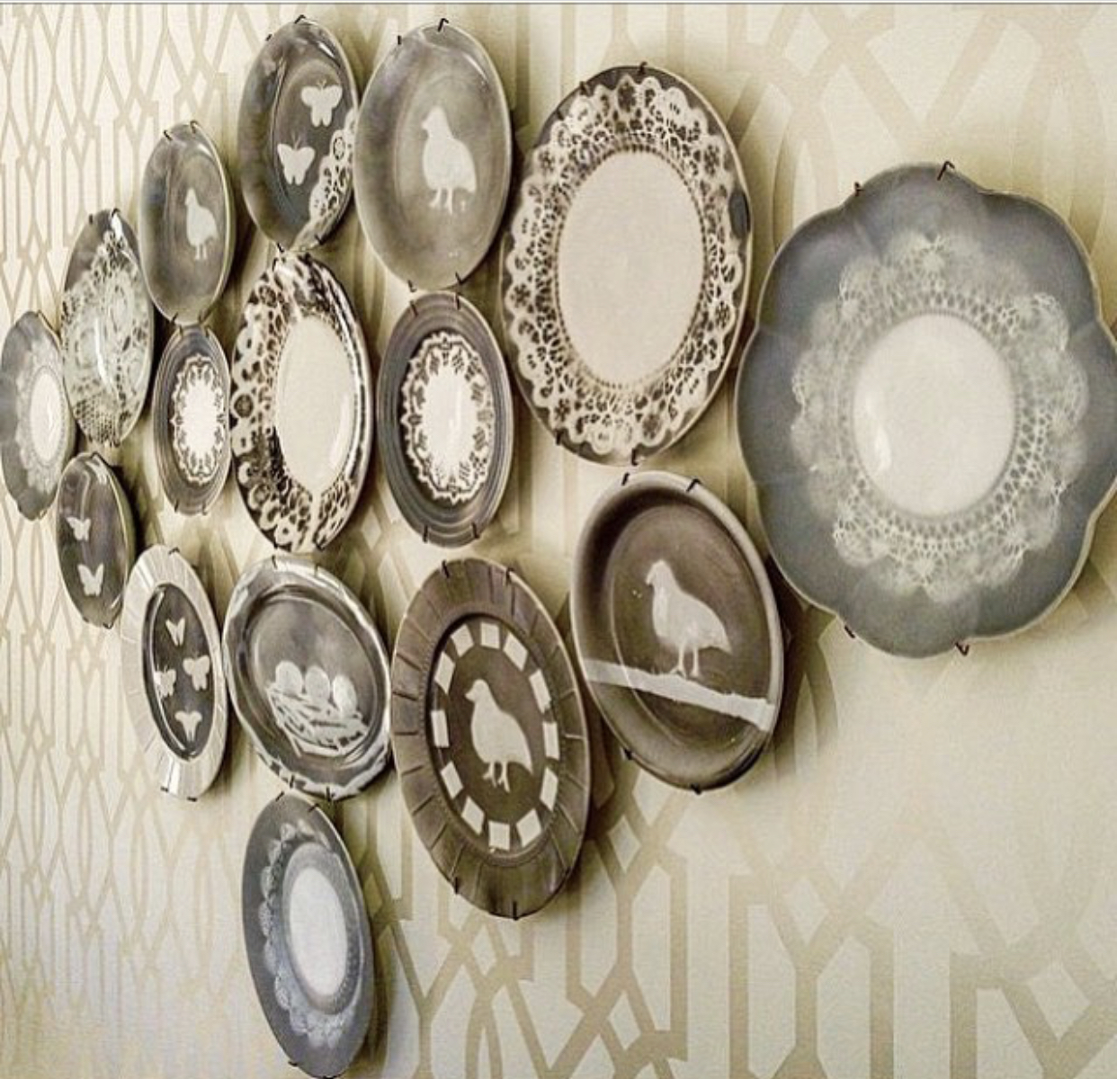 Colección de platos de Grey transfer, de Lu & Bo en el comedor de una cliente.