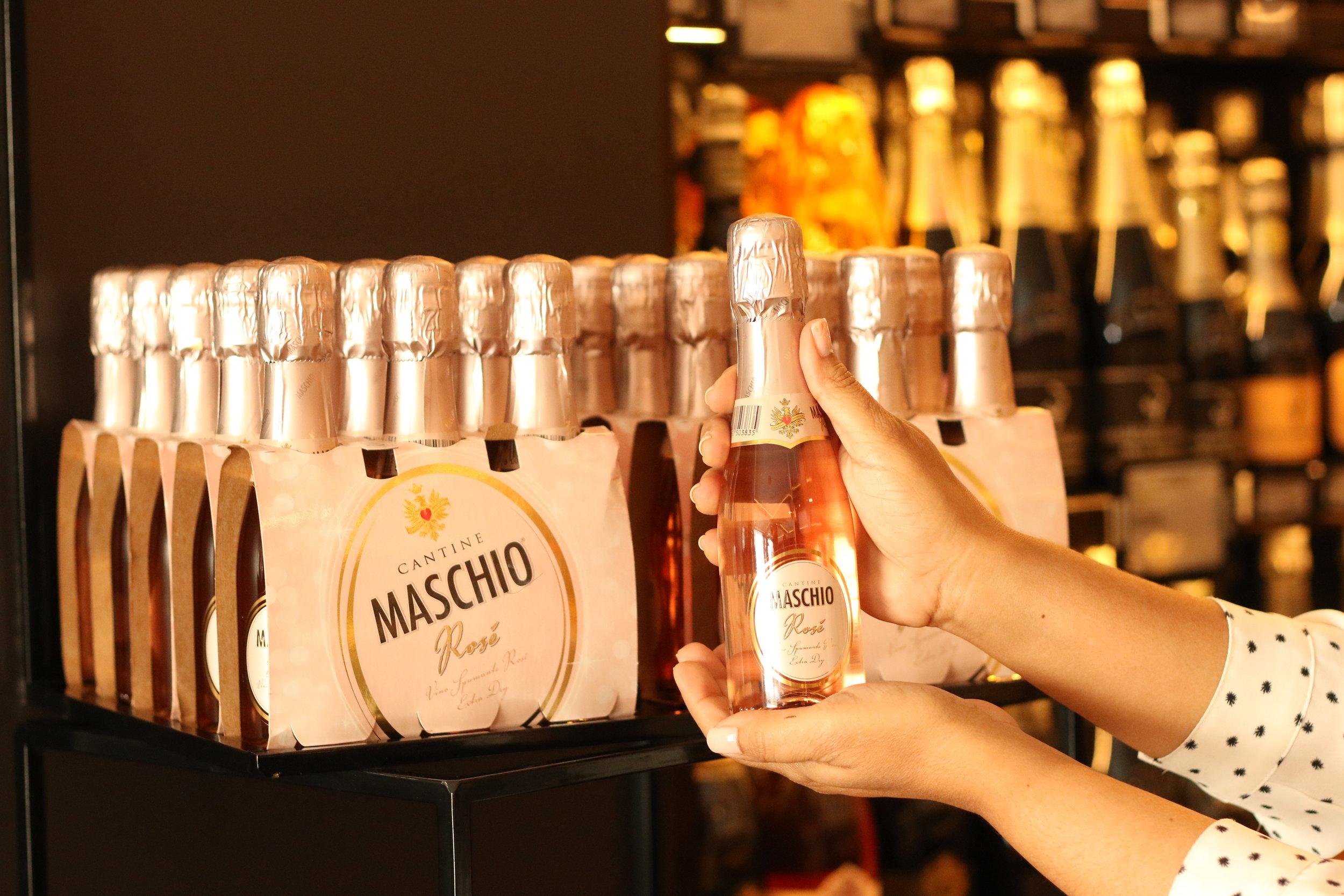 El  Maschio Rosé  en la presentación de los botellines siempre es una buena opción, puedes combinar calimete o sorbete metálico con un lazo.