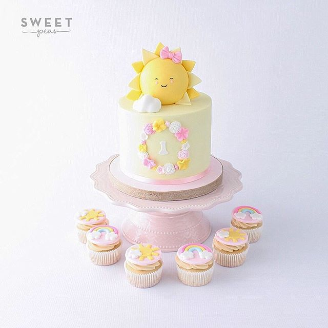 Celebrating the last days of summer with this cake full of sunshine!  Original design created by the amazingly talented @cherrycakeco