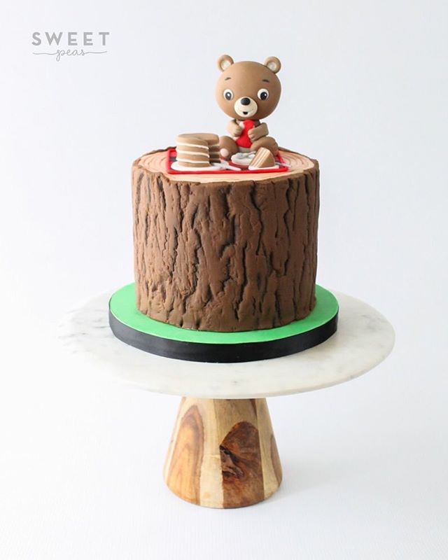 Teddy Bear Picnic Cake! The teddy bear was made using @crumbavenue tutorial 🐻🍰💕