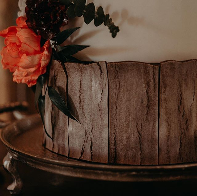 Feeling the fall vibes, loved creating this cake. To all the 2020 brides, spots are filling up fast. Don't wait, book now! 📸: @katiemariephotography_
