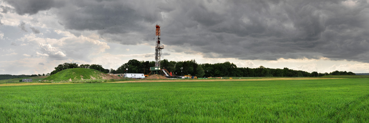 The drilling rig on the Millers' farm.   © Brian Cohen/MSDP 2012