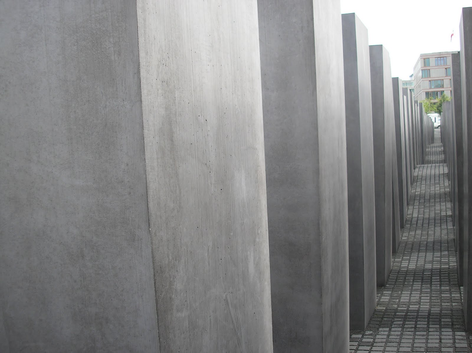 Memorial to the Murdered Jews of Europe - Berlin, Germany. Designed by Peter Eisenman Images curtsy of (EL RINCONCITO, 2011)