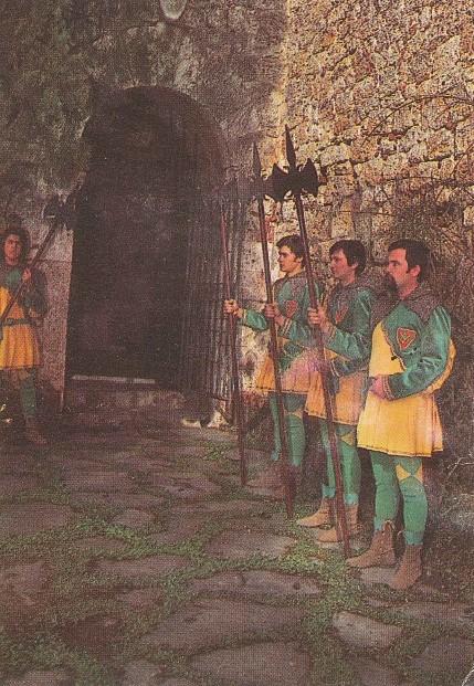 Cartolina celebrativa del Palio dei Micci 1973 raffigurante, tra gli altri, Arnaldo vestito per la Contrada Il Ranocchio