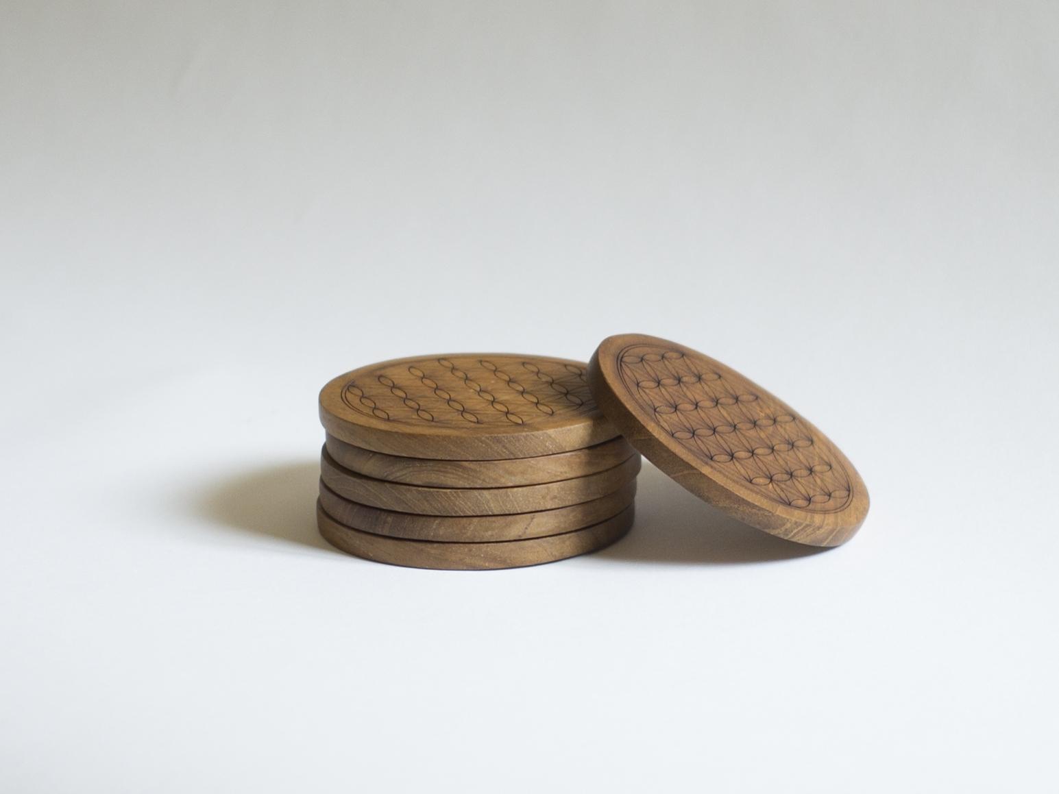 Dessous Verre en teck %22Fleur de vie%22 D. 10 cm, 8 €.jpg