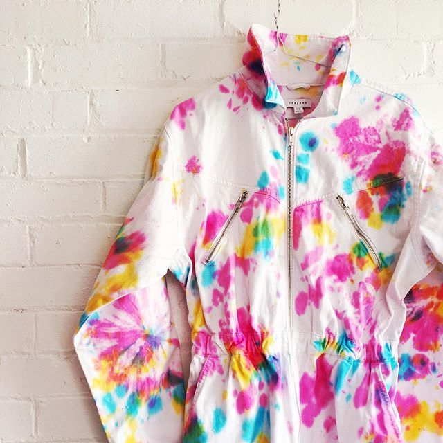NEW WORKSHOP ALERT! 🌈On the 12th November at 7pm we are so excited to host our first ever upcycling tie dye workshop at the amazing @drinkshopdo  Bring along up to 3 x white/light coloured cotton pieces of clothing & accessories that have seen better days and need reviving.  Together we will create some amazing tie dye awesomeness, bringing old clothes back to life. We will tie, fold and rainbow the night away.  Tickets are available on our website just follow the link in our profile.😘