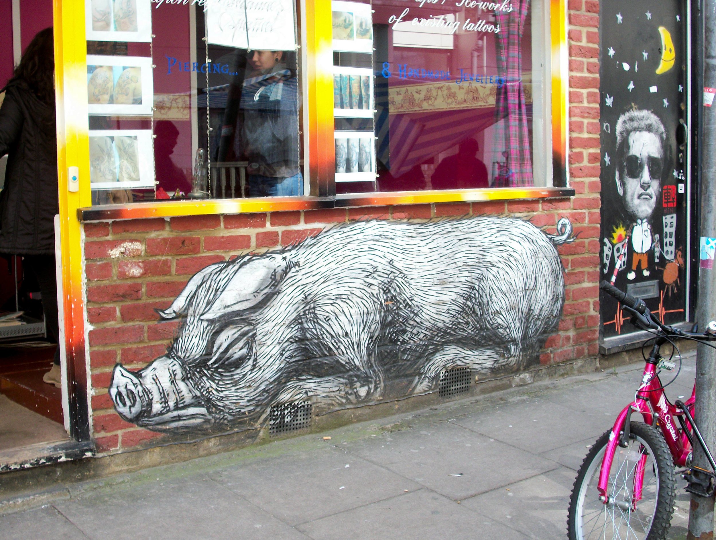 Piece by Roa in Bacon street, 2013  (own photo)