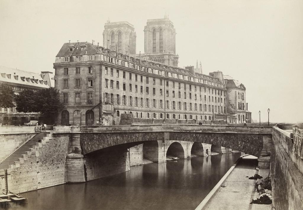 Charles Marville - Hôtel-Dieu de Paris,  Île de la Cité, Paris IVe. vers 1867.   Source:Ville de Paris / BHVP. Lien