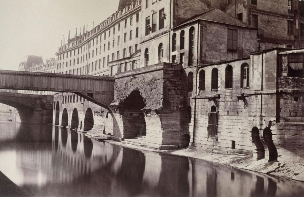 Charles Marville,Ancien Hôtel-Dieu et Pont Saint-Charles, entre 1865 et 1868   Source :  Collections Paris Musées