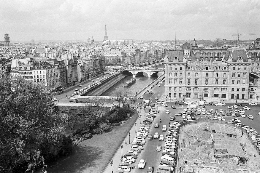 Georges Hernad, Fouilles archéologiques à l'occasion de la construction d'un parking sur le parvis de Notre Dame de Paris, 1968.  Source:  Lien