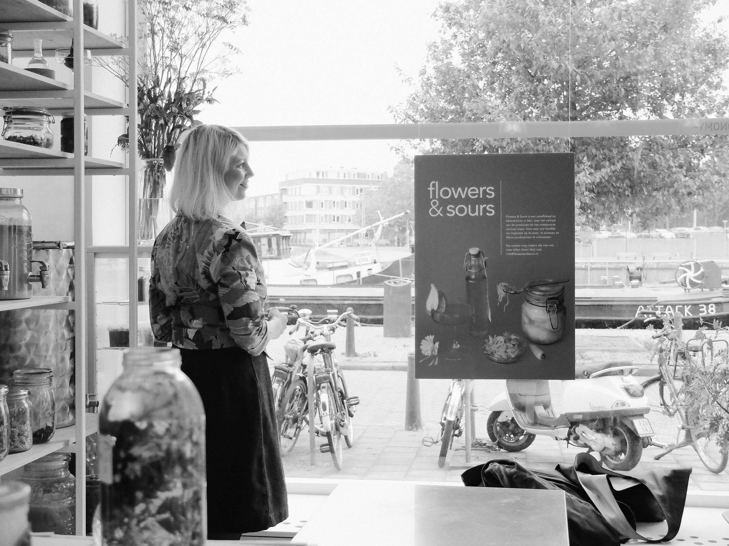 Maidie || Bloesembar - Maidie van den Bos is ontwerpster van culinaire concepten. Het totaalconcept staat centraal in het werk van Maidie. Ze levert niet alleen een product of dienst, maar de nadruk ligt vooral op de beleving. Dit doet ze in de vorm van storytelling.Maidie is ook wildplukster, en is met mooi weer vaak buiten te vinden, waar ze stadswild aan het plukken is. Van deze bloemen, kruiden en bladeren maakt ze siropen, voor limonades, cocktails en ijs. Deze verkoopt ze op festivals en evenementen met haar