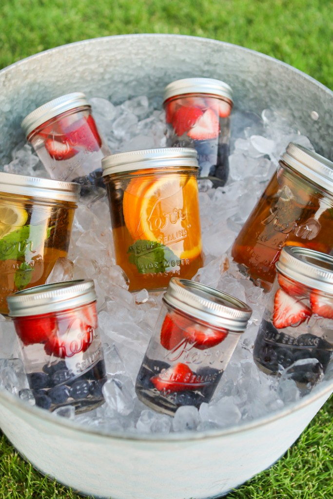 Picnicing like a pro - great tips and recipes for summer picnics! | asavvylifestyle.com [Photo: Thirsty for Tea]