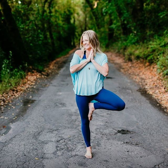 We are chatting with Jes Williams, of @sonomayoga this morning #ontheblog about how to incorporate mindfulness and yoga practice into your every day life! Check out the full piece for a discount on classes 🧘🏼♀️ photo by @inherimagephoto