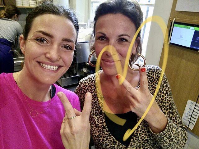 WE HERE ! Le sourire de @maisiecafe va illuminer votre journée ⭐️💋 on vous a préparé tout ce qu'il faut pour booster votre petit organisme 🥑🥝🍋 #goodvibes #healthyanddelicious  #parisvegan #plantbased  # whatveganseat  #wearefamily❤