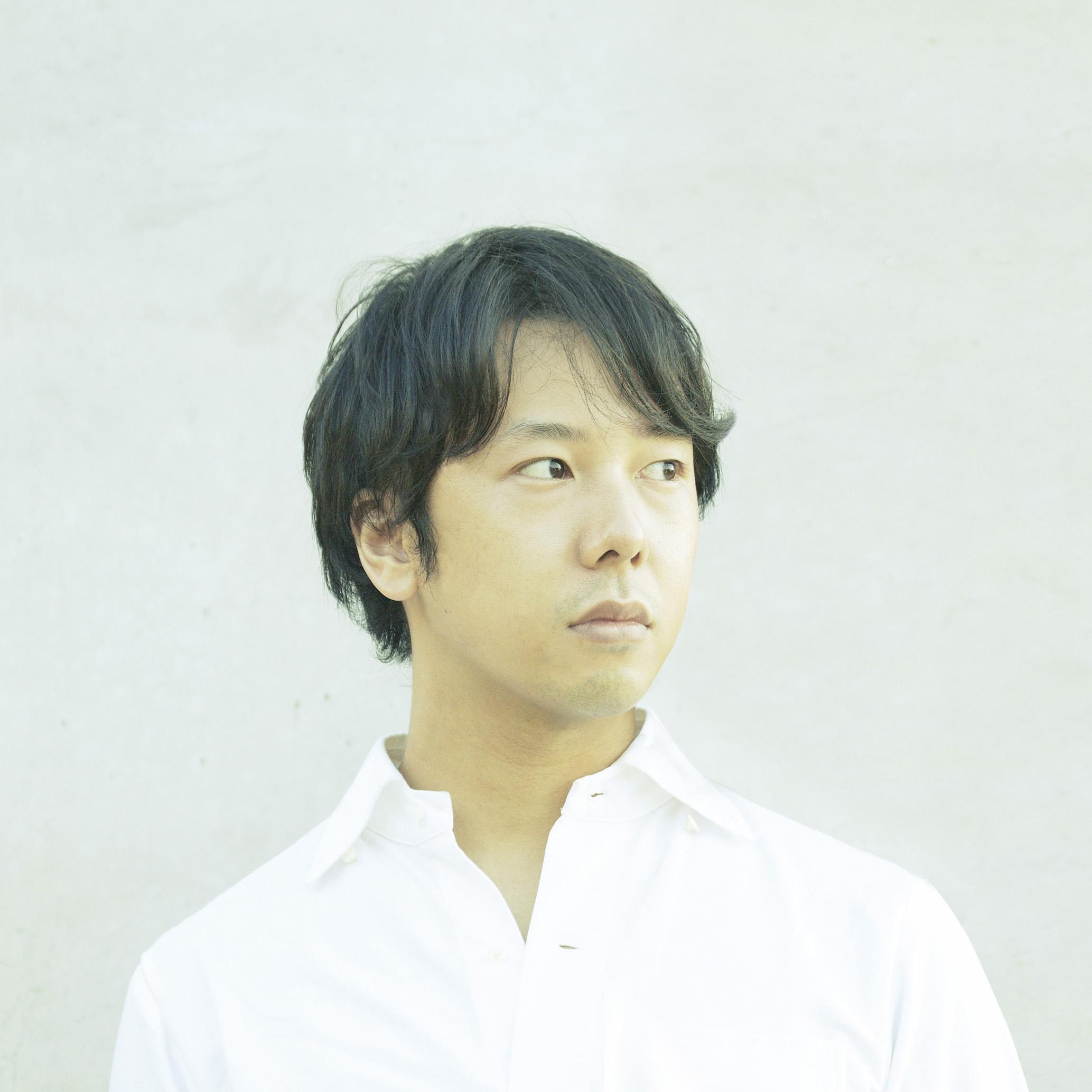 八木 義博    電通CDC クリエイティブディレクター/アートディレクター  1977年京都生まれ。2001年京都造形芸術大学情報デザイン学科卒業後、電通入社。東京ADC賞、JAGDA新人賞、佐治敬三賞、CANNES Design Lionsグランプリ、ONE SHOW Designグランプリ、D&ADイエローペンシル、NY ADCゴールドなど。京都造形芸術大学 客員教授  Yoshihiro Yagi DENTSU CDC Creative Director/Art Director  Born 1977 in Kyoto, Japan. After graduating from Kyoto University of Art & Design, Department of Information Design in 2001, he joins Dentsu.He has been recognised through numerous accolades, some of which include the Tokyo ADC Award, JAGDA Newcomers Award, Cannes Design Lions Grand Prize, One Show Design Grand Prize, D&AD Yellow Pencil, NY ADC Gold, amongst more. He is also a visiting professor at the Kyoto University of Art & Design.