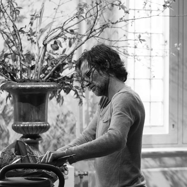 Paul Wijkmeijer   Bloemensierkunstenaar die vanaf zijn derde levensjaar al een passie voor bloemen toonde. In december 1996 nam Paul Klavertje Vijf over van de vorige eigenaar.  Paul is een pionier op bloemgebied, met passie voor dit ambacht. Elke bloem het recht geven om een bloem te zijn heeft geleid tot al langer dan 20 jaar bloemen per steel verkopen.  *Paul is de winkel*