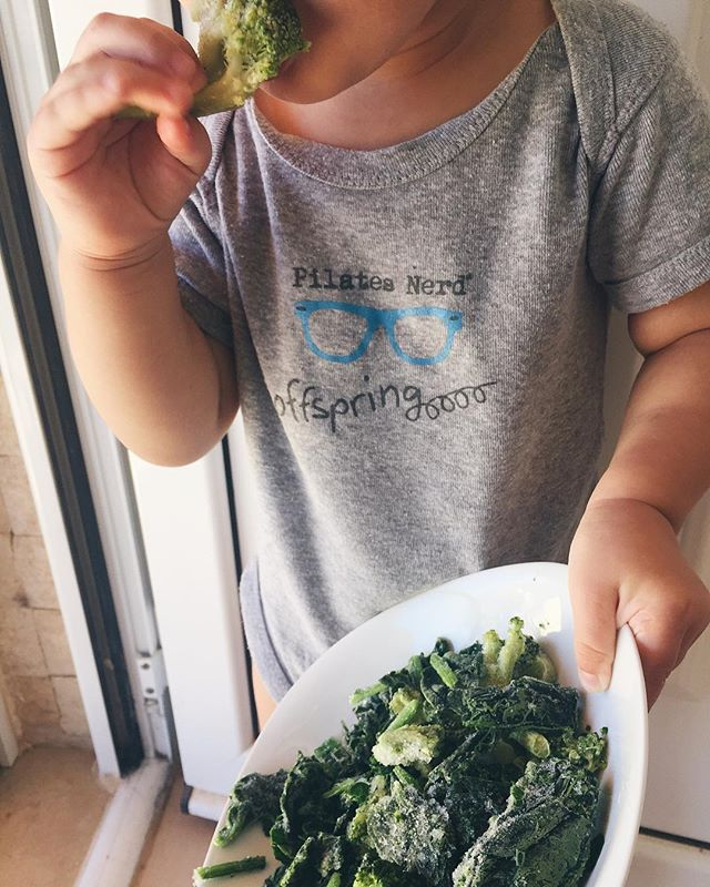I guess it's safe to say that Manu likes his greens 🥬 I took these *frozen* veggies out to make an omelette for us, and he stole the plate, and started munching away😆