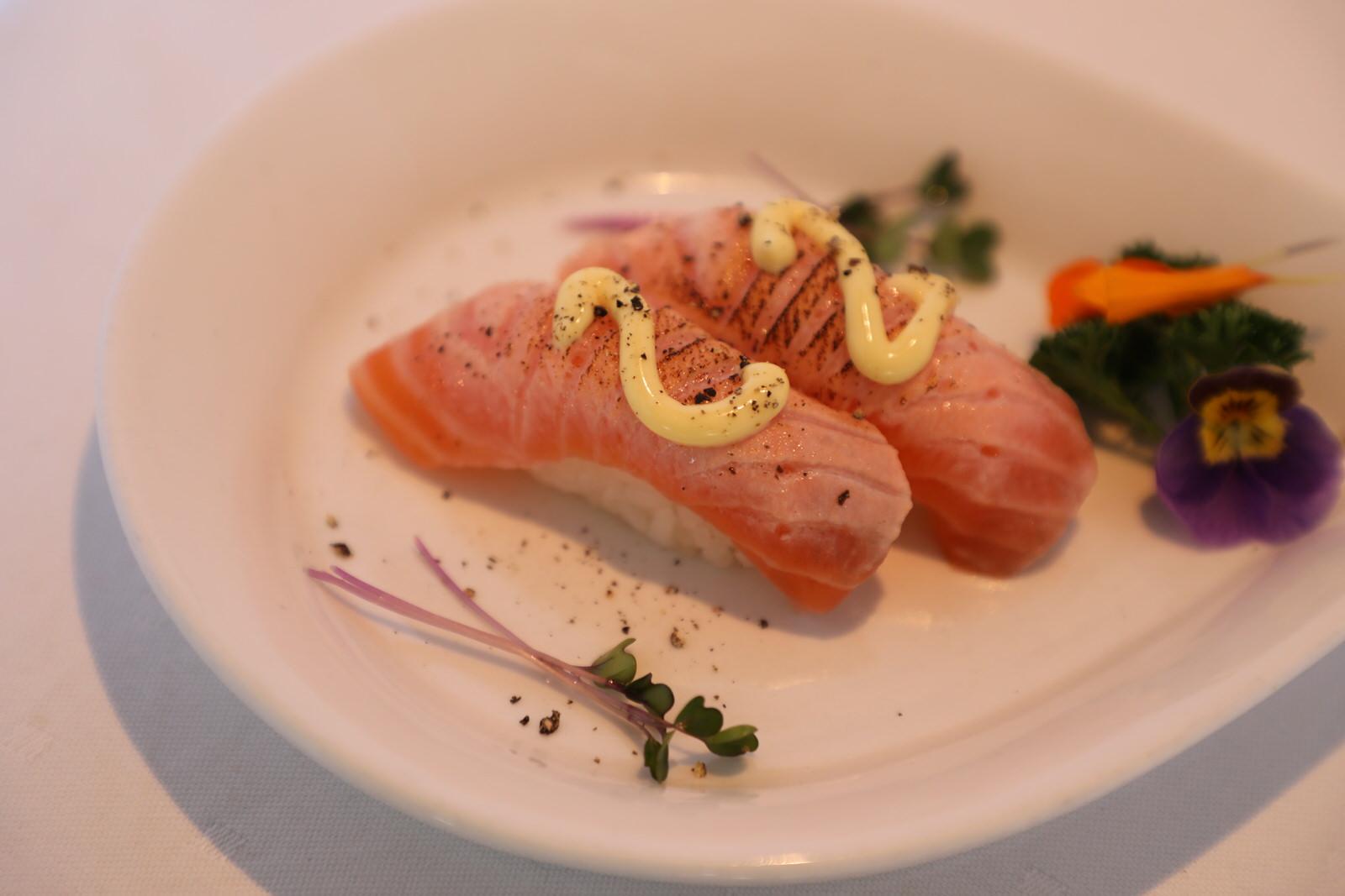 Nye sushi-rettar - Sushi i Sogndal er blitt ein stor suksess! Våre flinke sushi-kokkar kan no tilby endå fleire variantar. Kva med å smake Aburi Nigiri, Gunkan eller Trio?