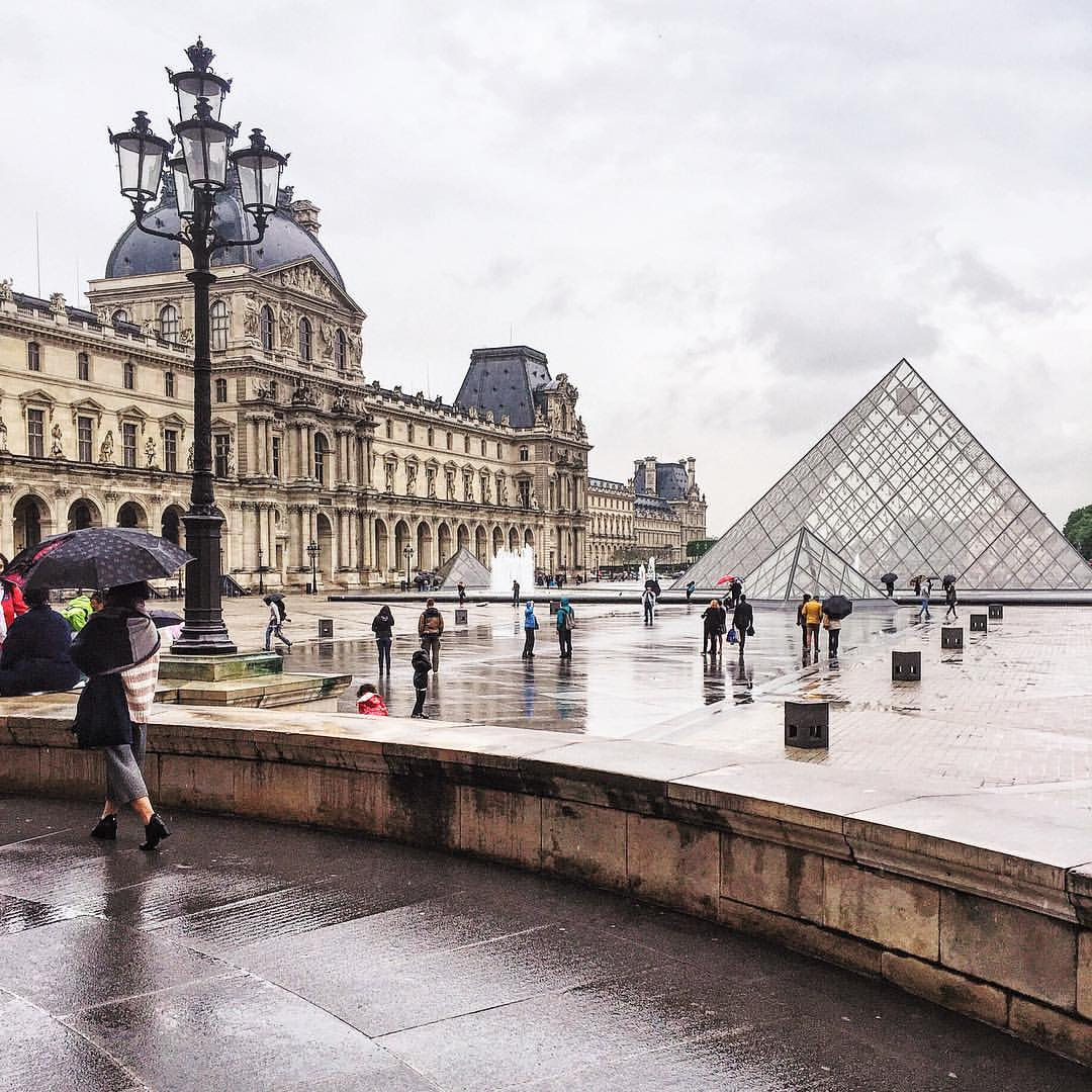 The rain follows me everywhere I go #parisinspring  (at Musée du Louvre)