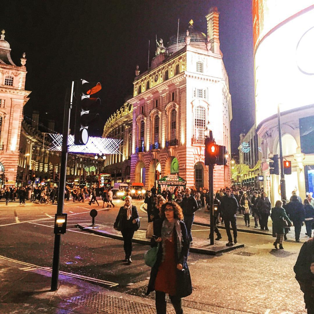 Sometimes it's fun to watch the world pass by #London  (at Piccadilly Circus)
