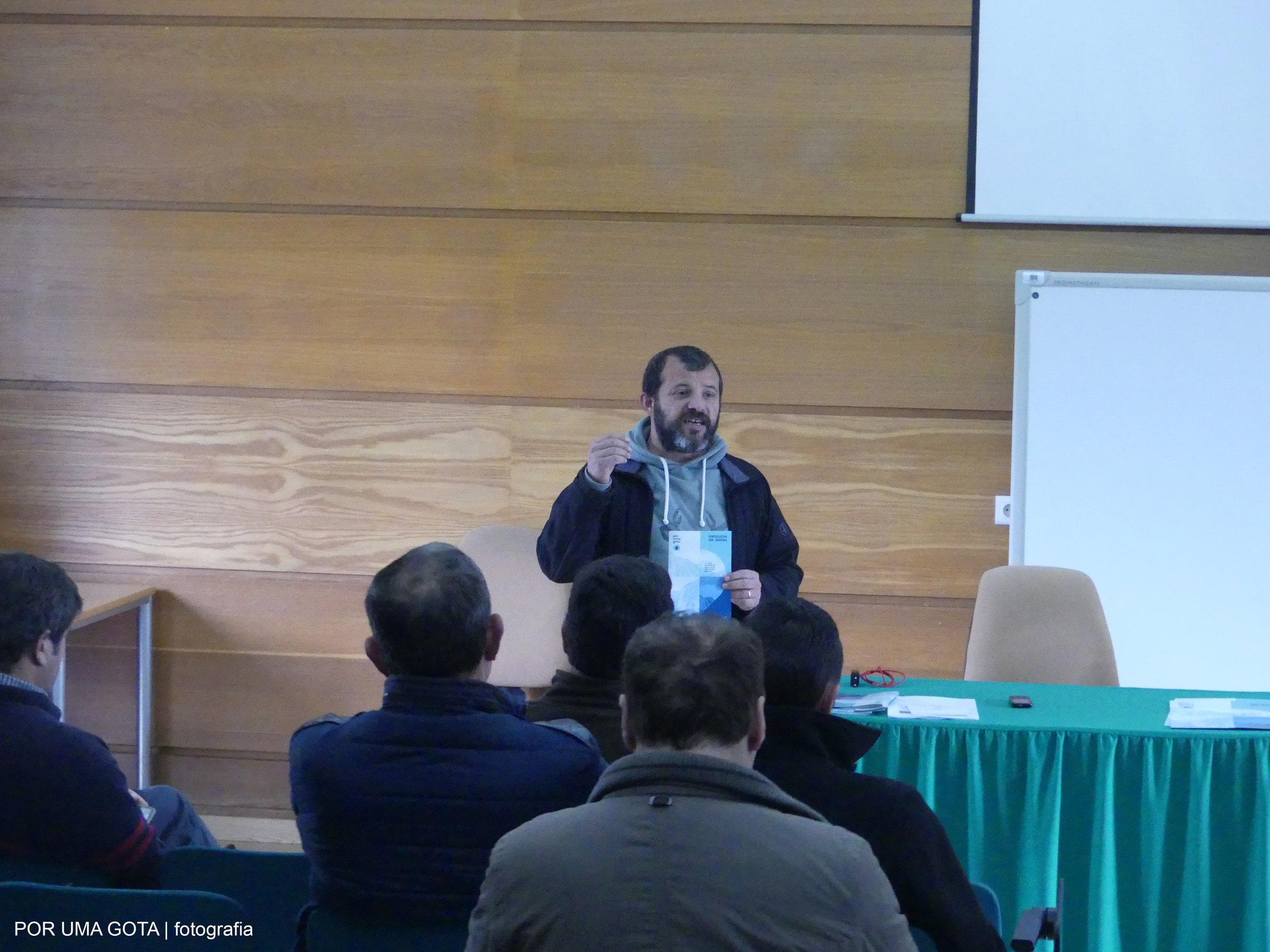 """Miguel Nóvoa, membro da direção da AEPGA, apresenta o concurso de ideias """"Uso eficiente da água numa exploração agrícola"""" na Escola Profissional de Agricultura e Desenvolvimento Rural de Carvalhais/Mirandela."""