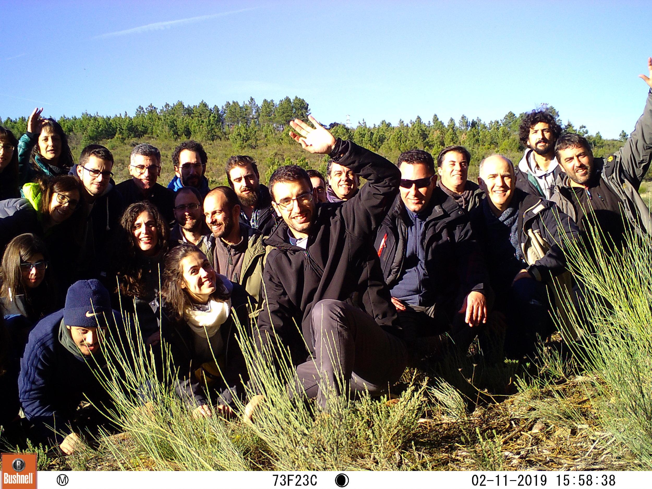 Fotografia de grupo tirada com uma máquina de fotoarmadilhagem.