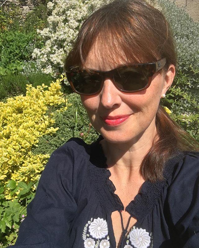 It's a hasty garden selfie kinda day. ☀️ #gardenlife #springselfie #authorsofinsta #americansabroad #sunglassesout #britishspring