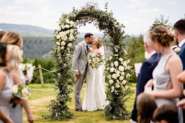 Saturday saw me venture down to the ever stunning @the_hornofplenty. Adam and Nicole rocked it, as you can see 🔥  Special shout out to @emmfloral for that awesome arch in the picture which made the perfect backdrop even more amazing.  @nicolewalters91  @percy3791