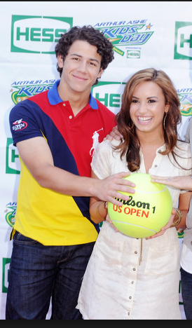 I saw them on this day, and okay, both of them are cute, but LOOK HOW CUTE DEMI IS! (My inner monologue both in 2010 and right now)