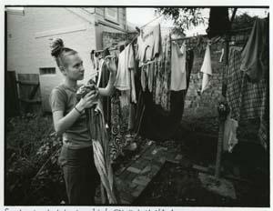11 Liz Ham: postwar to punk: MITCHELL OAKLEY SMITH   Liz Ham,  Sandra hanging her washing , Newtown, 1996. Images courtesy the artist