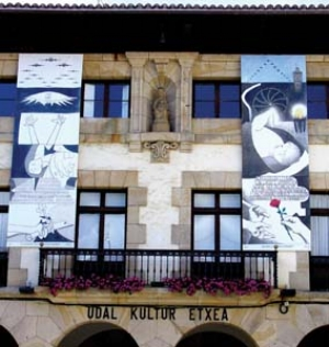 10 William Kelly: Peace Dialogic: SHIREEN HUDA    Dialogue with 'Guernica ', 2007, two six-metre-high banners, installed on the façade of Guernica's Cultural Centre