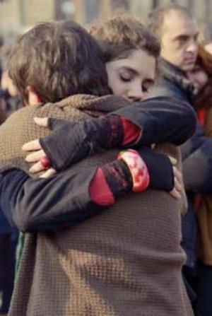 6 Gao Brothers: The Utopia of Hugging for 20 Minutes: NAIMA MORELLI   ' Utopian' hugging , Piazza del Popolo, Rome; photo: Luigi Ielluzzo