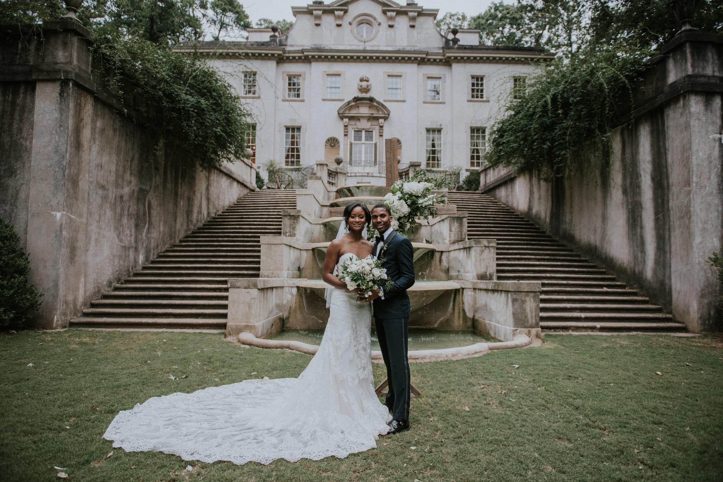 Newlyweds on Swan House lawn in Atlanta, GA