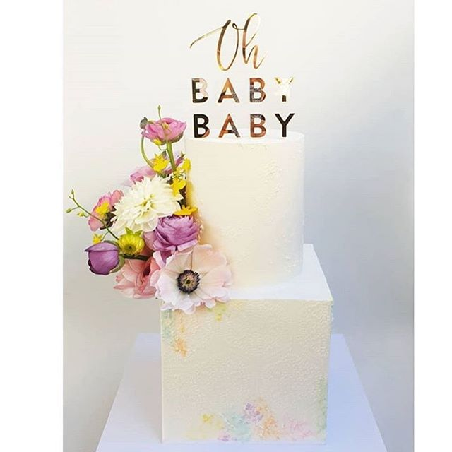 Oh Baby Baby for a twins announcement! Gorgeous cake with super sharp edges by @twosweetfigs 💕💕 #twins #announcement #ohbabybaby #ohbaby #celebrate #floating