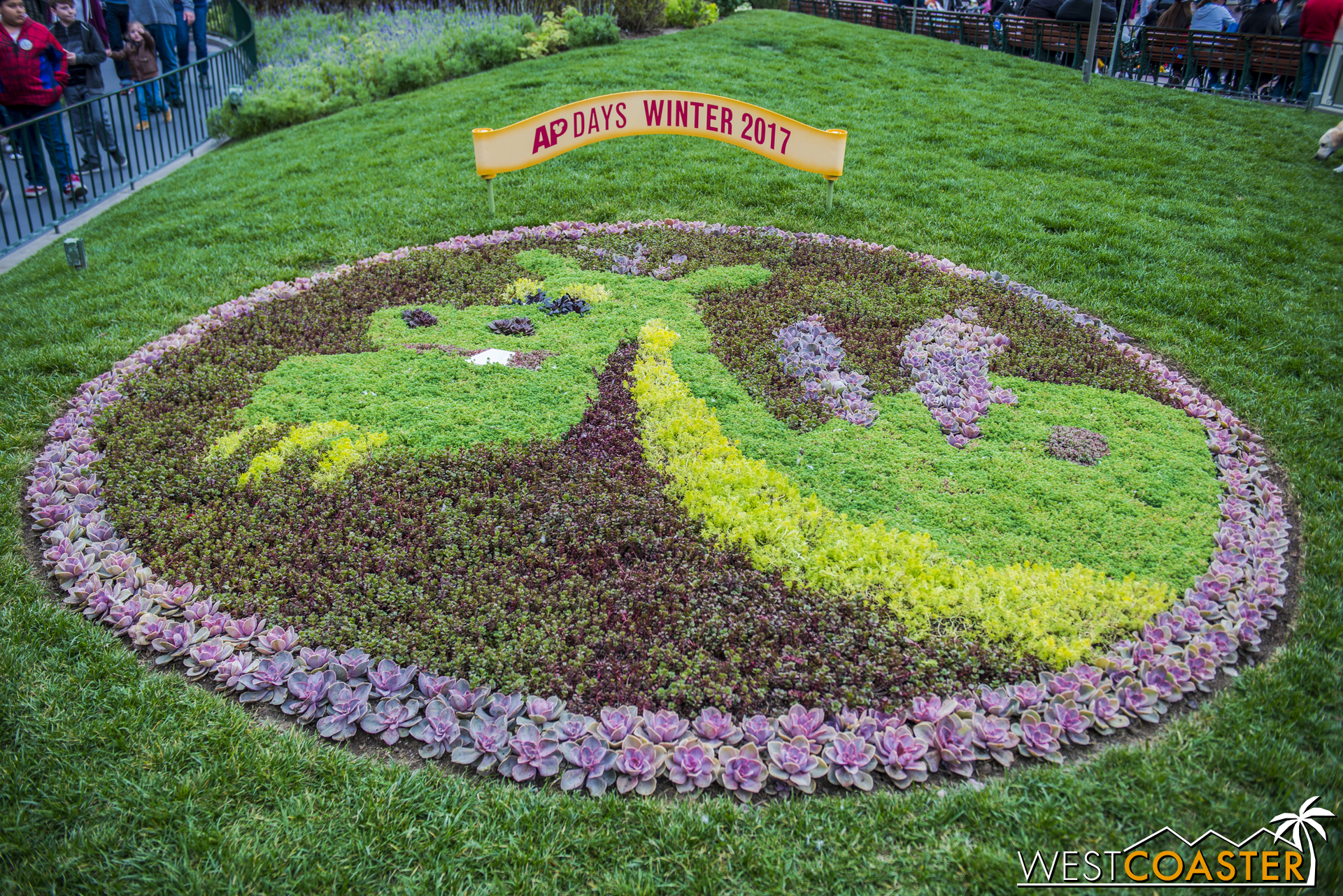 I feel ashamed for having missed this two visits in a row, but there's an adorable Elliott floral arrangement located off the main walkway between the Tomorrowland and Pixie Hollow entrances.