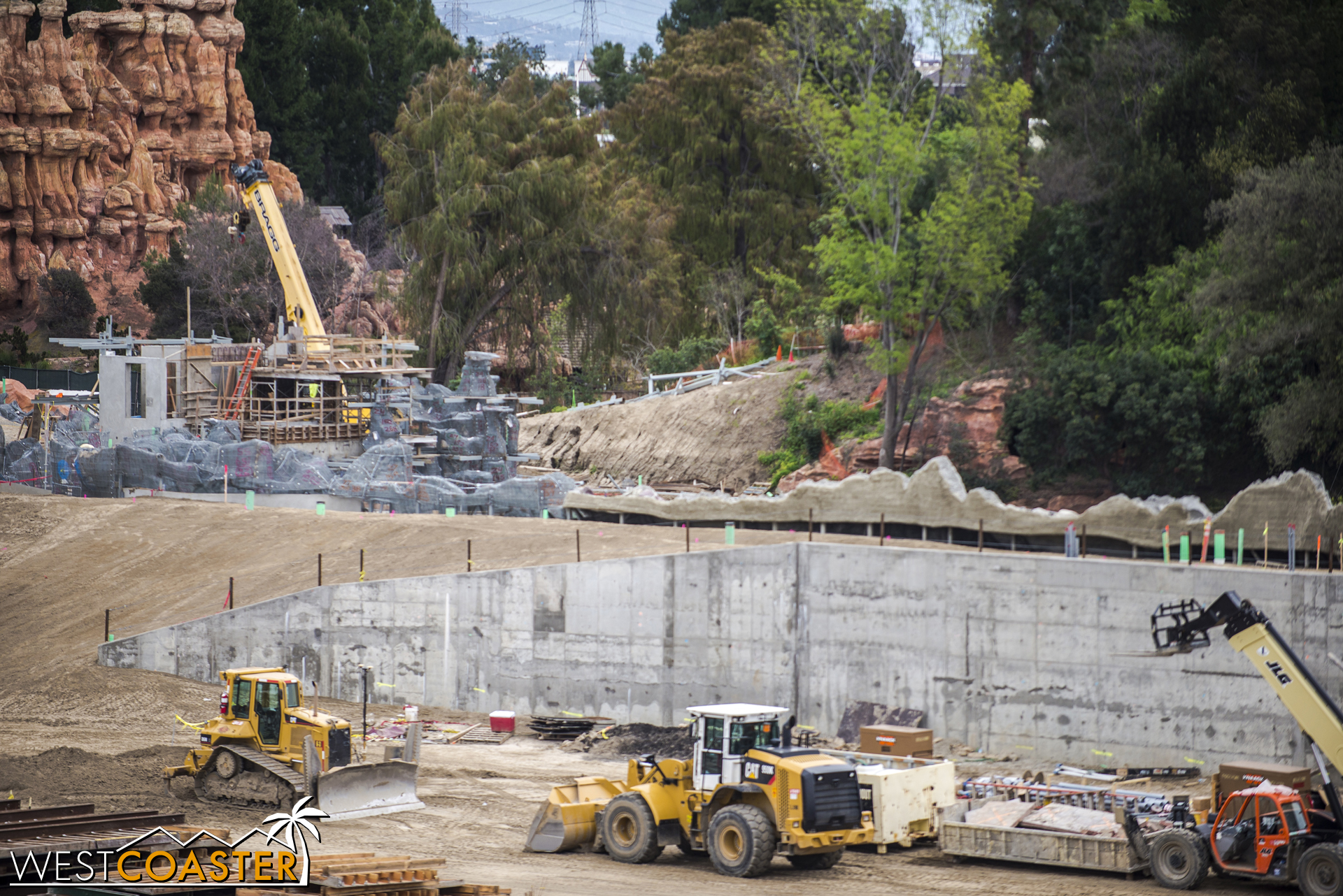 Lets pan along the back of the Rivers of America rocksand waterfall wall.