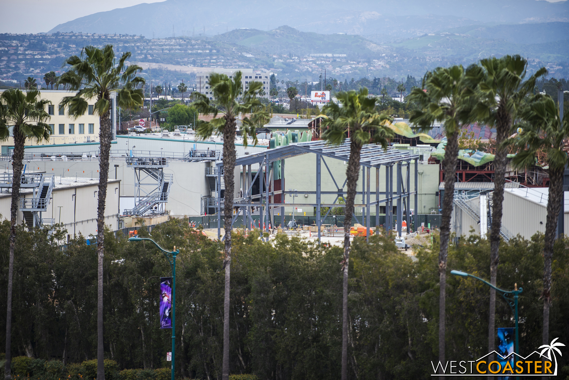 """In the back area, a new building has sprung up. This is near the area of the second E-Ticket of """"Star Wars"""" Land, but I doubt this structure is for the ride."""