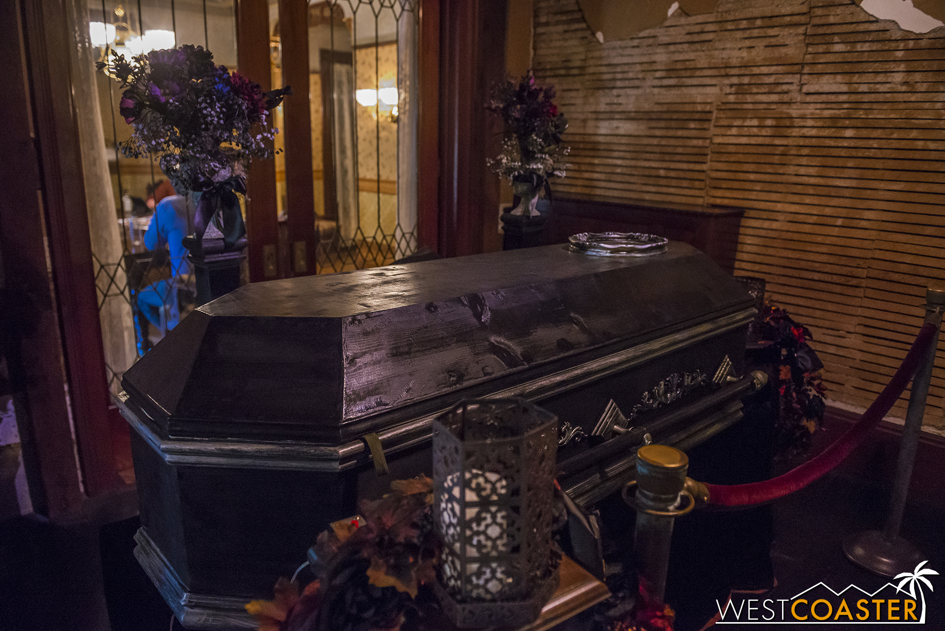 Another autumn special, this coffin definitely does not play a part during the daytime tour, but what mysteries does it hold at night...?