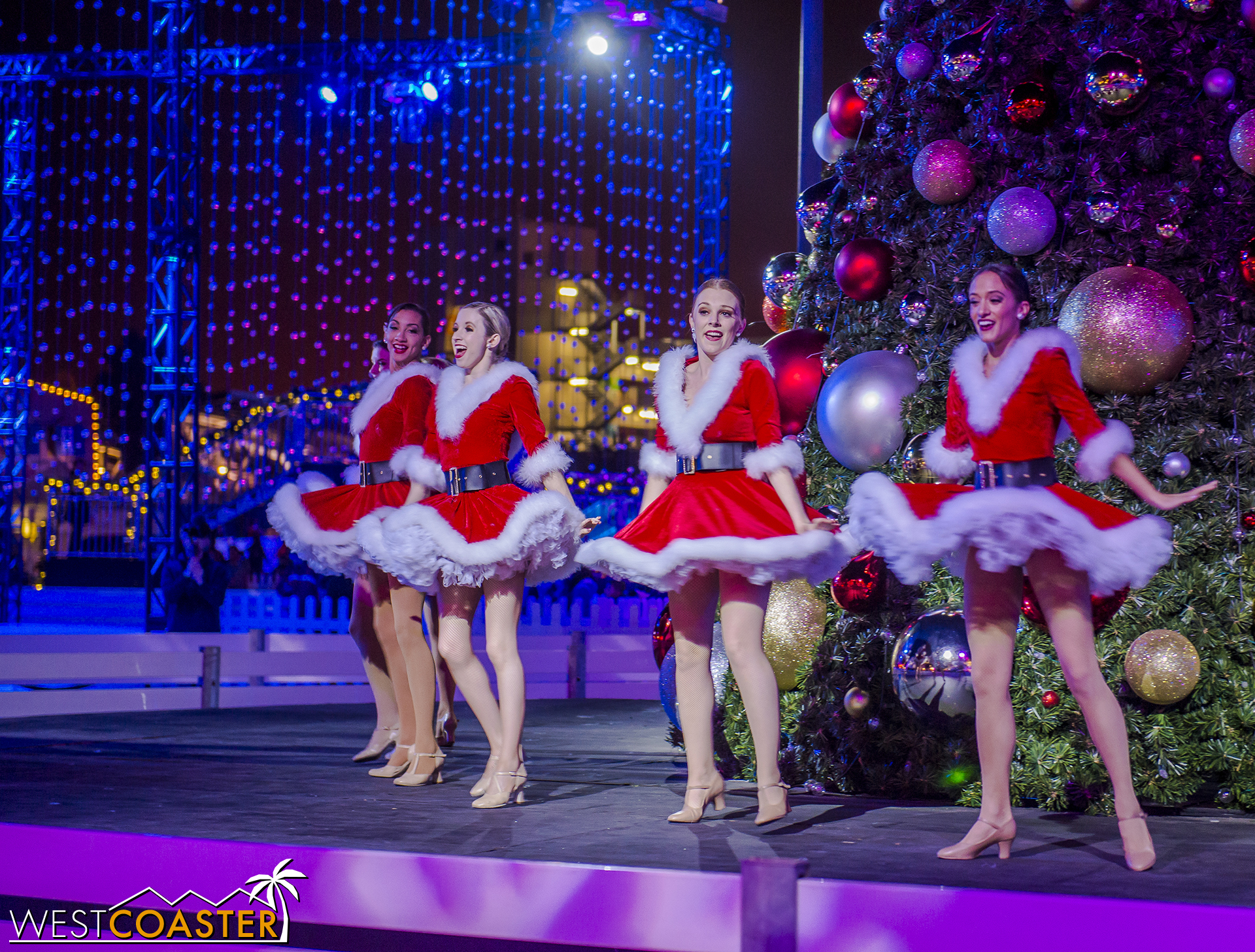 Chill-17_1215-Show-Dancers&Lights-0001.jpg