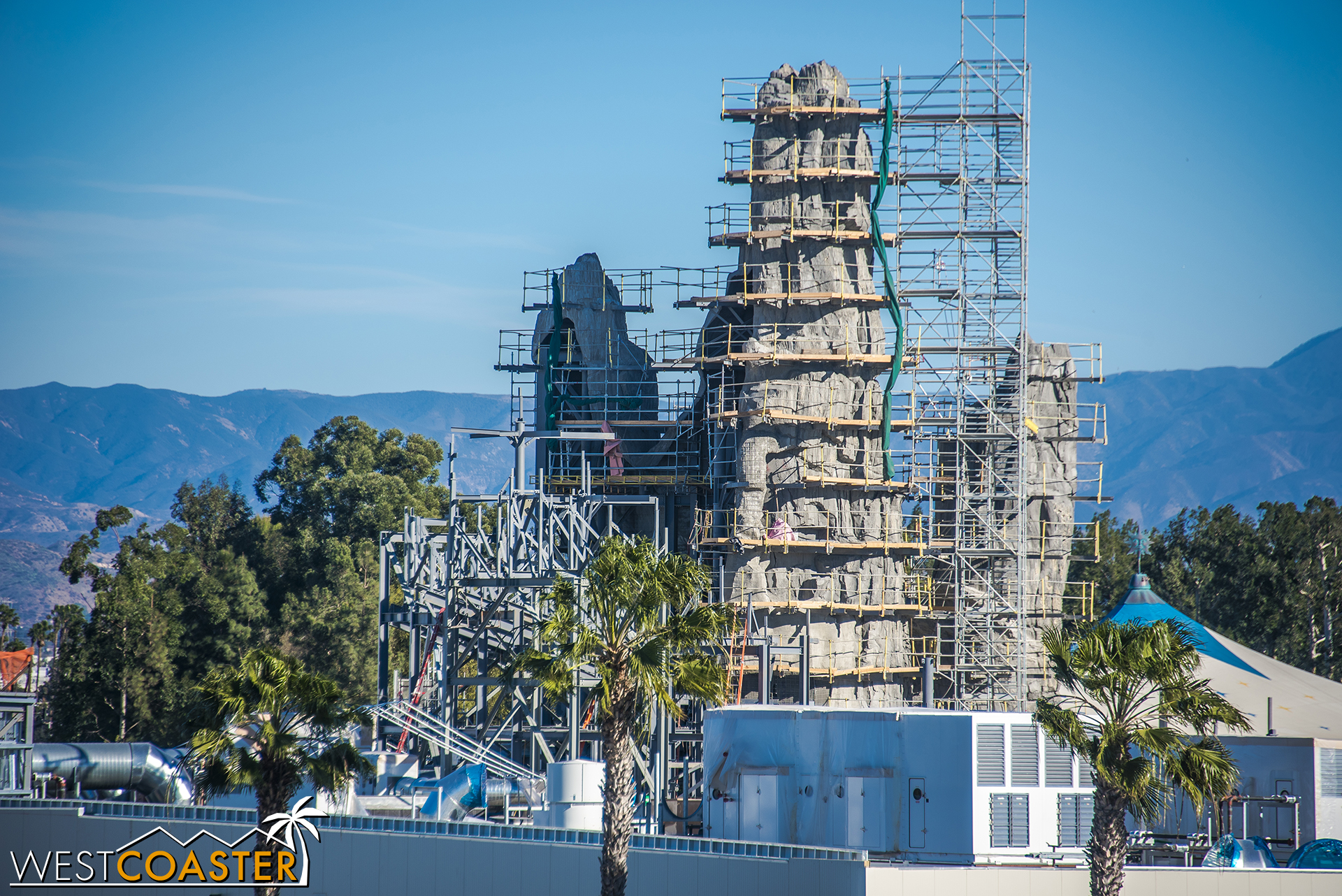 The progress looks great, though I'm a bit concerned that Disney will pull an Everest and not completely finish the rock on the back of house side, even though people driving down Disneyland Drive will totally see exposed structure.