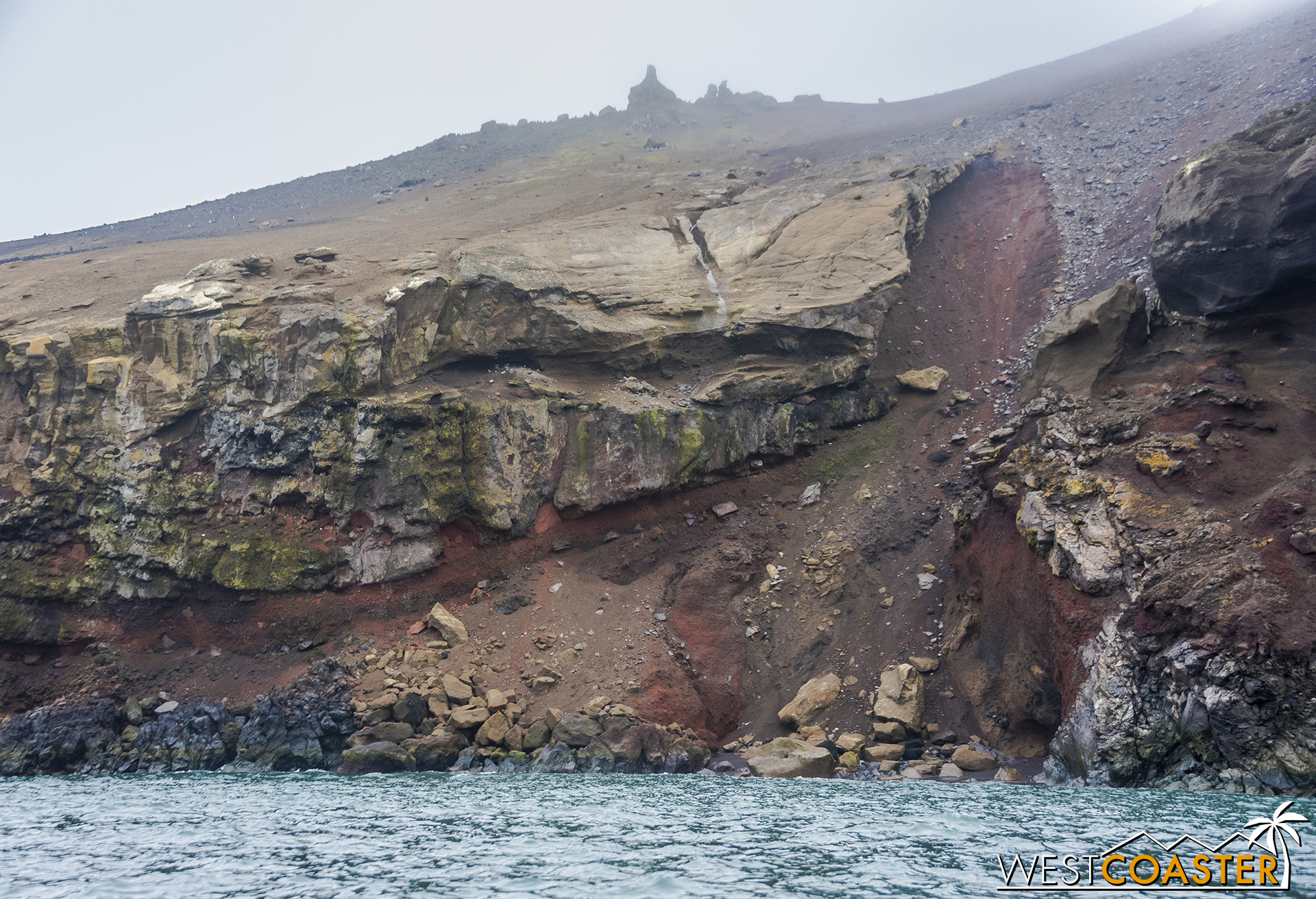 Both the green and red coloring of the rock comes from lichen.