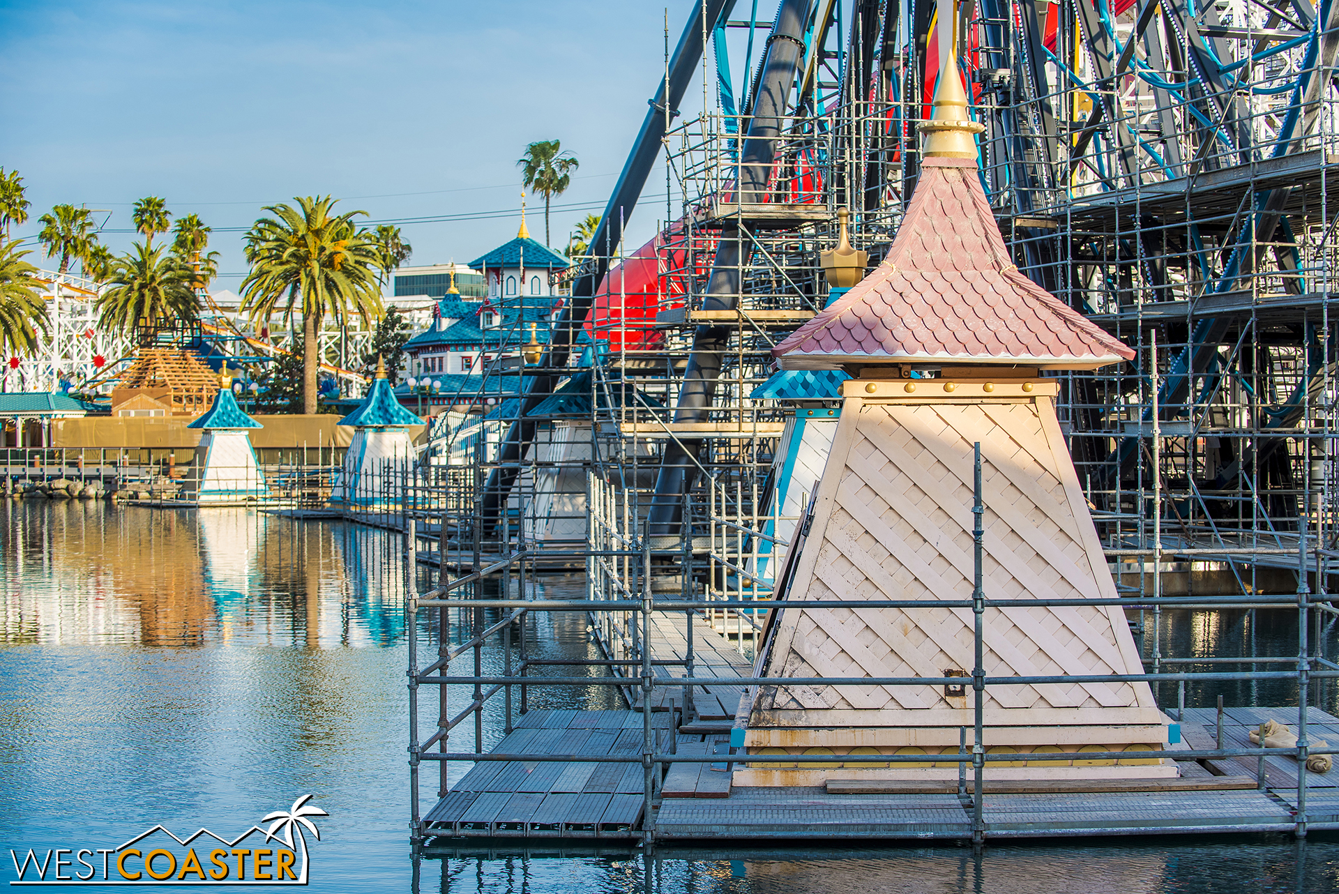 Speaking of new paint job, the red / turquoise Paradise / Pixar Pier color swap continues with the World of Color projection shelters.