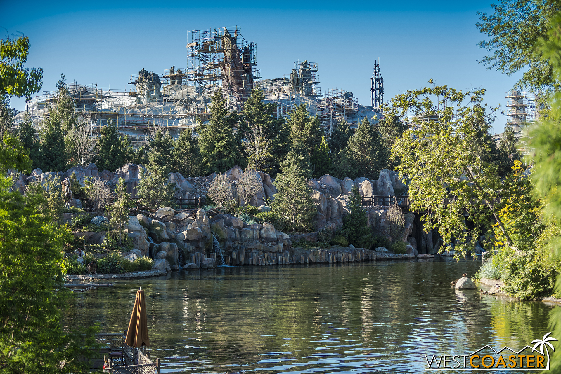 The scale against the redone back end of the Rivers of America is snazzy… it's actually quite pretty.