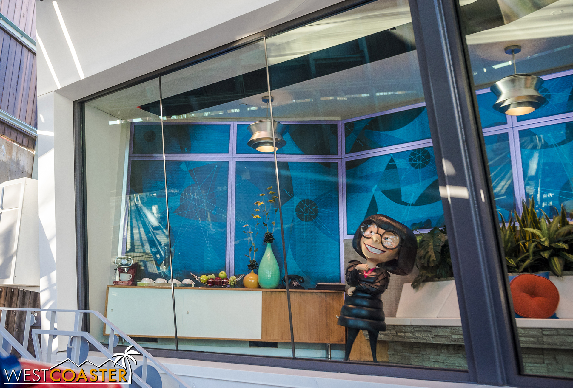 I wish Edna was an animatronic—even a simple one.  The Jack Jack teleporting effects are nice, though.  A rare moment of dynamic theming.